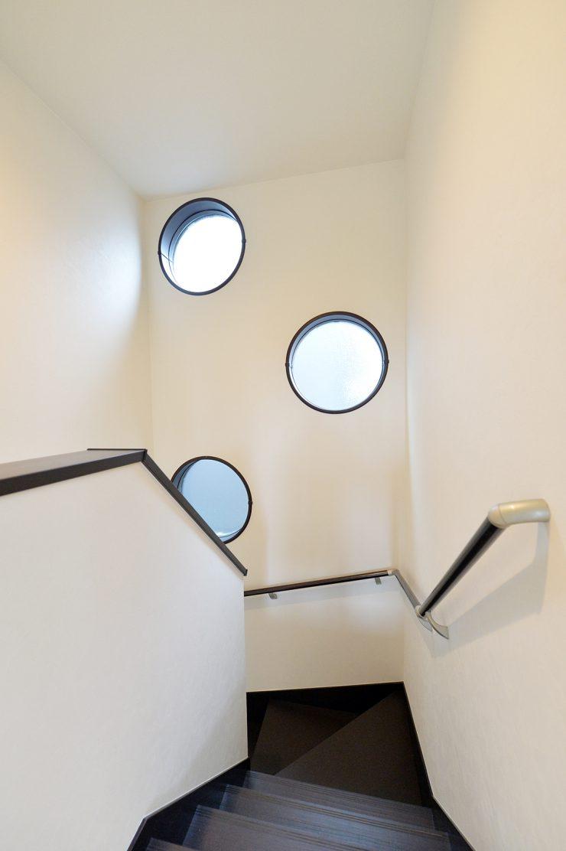 MIYACOCO 階段 丸窓