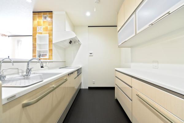 丸窓がアクセントの階段はこだわりのデザイン。 システムキッチンは、使い心地を最優先に考え、 選択しました。