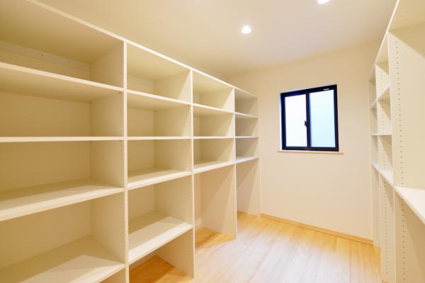 収納するもの、収納する場所を 細部に設計したウォークインクローゼットや 部屋干しができるランドリールームなど、 収納や家事に便利なスペース。