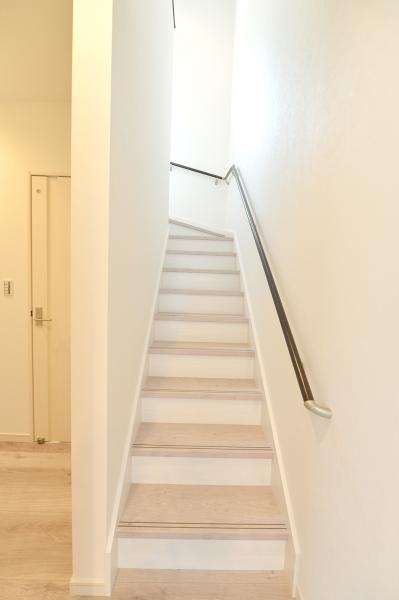 軽やかな2トーン階段は、 デザインのアクセントも兼ねています。