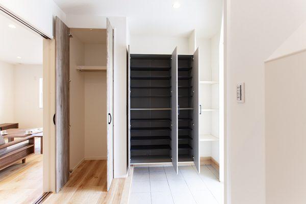 収納スペースを最大限に確保した玄関。 靴箱の仕切りは可動式でブーツの収納にも便利。 帰宅した子どもの洋服は、玄関のクローゼットへ。
