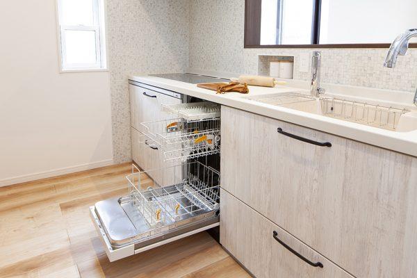 奥様に大人気のMieleの食洗機付きキッチン。 キッチン横には、家電や食料品の収納スペース。 家の中がすっきり見える見せない収納がポイント。