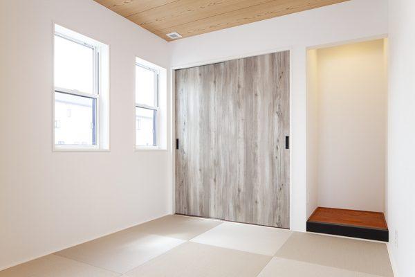 和モダンな雰囲気をもった和室。 畳の目を変えて交互に配置することで オシャレな市松模様風デザインに。