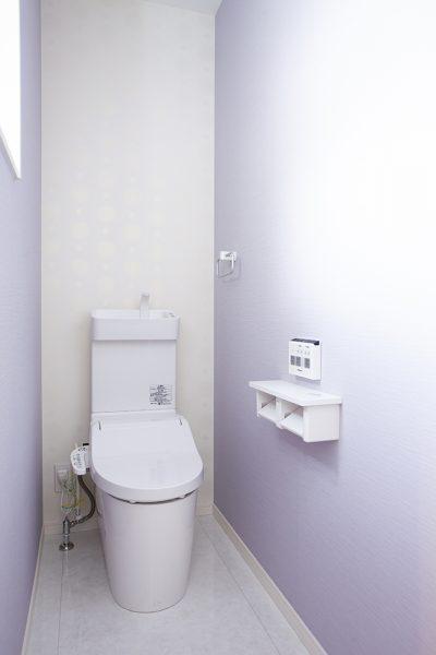 2階のトイレは ラベンダー色の壁紙が爽やか。