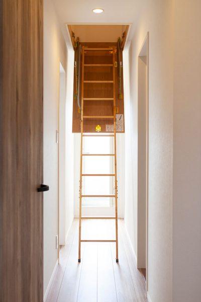 2階にはロフトを設置し 収納スペースに利用。