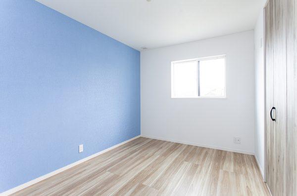 2階にある3つの子ども部屋。 子どもの個性に合わせた壁紙のカラーリングが オシャレで楽しい!
