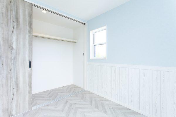 爽やかなイメージの主寝室。 奥様のこだわりをつめこんだデザイン。 もちろん、収納もたっぷり可能です。