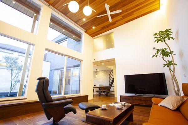 広い空間高い天井を活かしたダイナミックなリビング。 開放的な大きな窓とこだわりの照明が 空間に個性と華やかさをもたらしています。