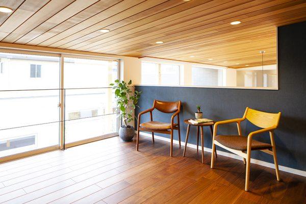 リビングの隣に位置する和室。 同一空間に洋と和が絶妙にマッチしたレイアウト。 和室の上には半2階のくつろぎ空間が。