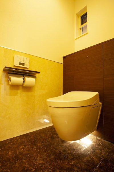 おもてなし空間は、トイレにも趣向が。 床から浮いた便器底に装備されたライトが トイレに入ると自動で点灯します。