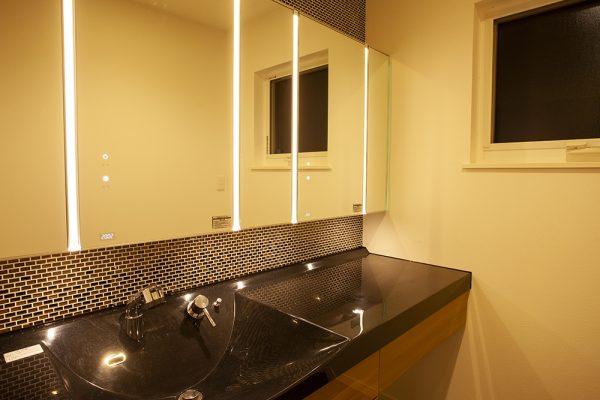 洗面室とバスルームは 光の演出で高級感あふれるスペースに。 バスタイムは、坪庭を眺めながら