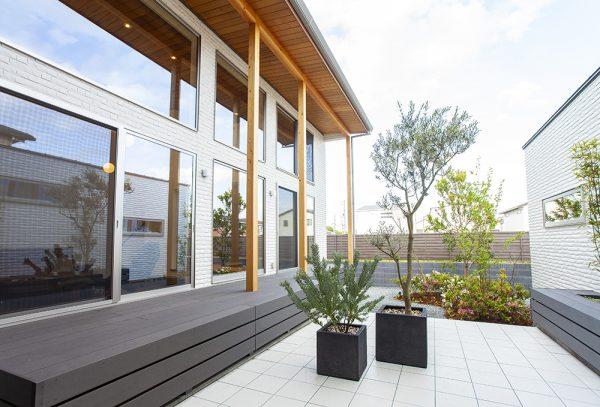 おもてなし空間とプライベート空間を区分する 敷地の中央に設計された中庭。 昼は爽やかな空気を、夜間はゴージャス感を演出。