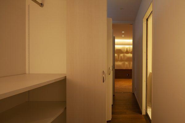 プライベートゾーンにある寝室。 布団張りを施した壁が特徴的で落ち着く空間です。 寝室前の廊下には、たっぷりの収納スペースが。