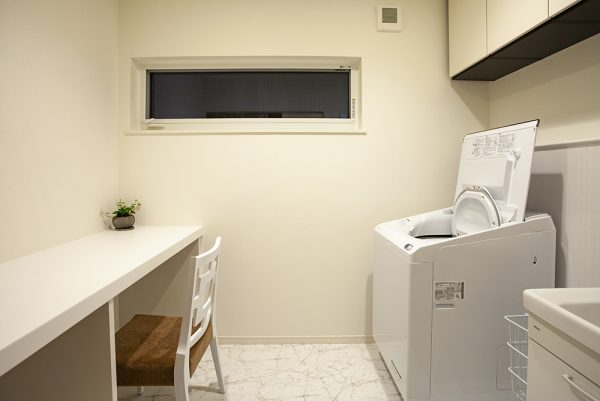 プライベート空間に配置した家事スペース。 たくさんの洗濯も休憩を挟みながら行えます。 プライベートトイレも、機能性とデザインを兼ね備えて。