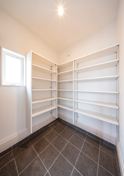 さらに玄関横にはシューズクロークを設置。 靴、ベビーカー、アウトドア用品など 大容量収納を可能にしました。