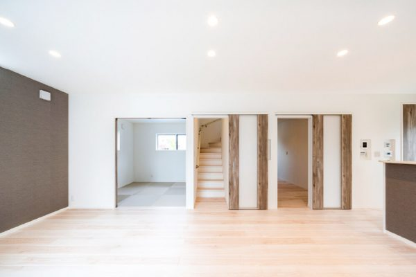 広々としたLDKは、横にある和室とつながった設計。 来客の寝室や一時的な物置など、便利に使えます。