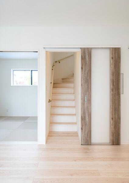 リビング階段には開閉できるドアを設置。 エアコン効率を良くするほか、 上下階への防音の役割も。