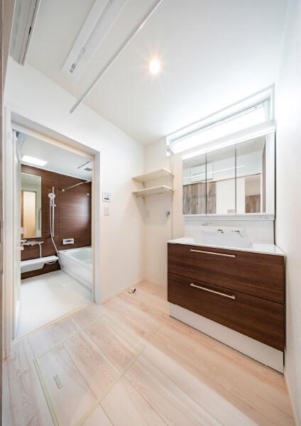 洗面脱衣室は天井に室内物干しをセット。 雨の日の洗濯も安心です。