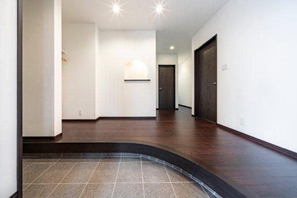 空間に広がりを感じさせる アール框の玄関ホール