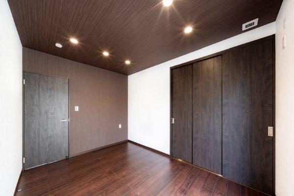 寝室もブラウンカラーでまとめ落ち着いた空間に もちろん、収納スペースもたっぷり確保