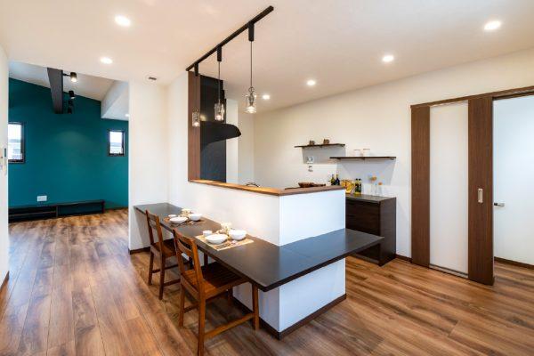 カウンターテーブルが印象的なダイニングキッチン 利便性はもちろん空間デザインのアクセントにも