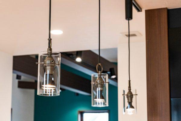 キッチンにはアンティーク調の おしゃれなペンダント照明を使用
