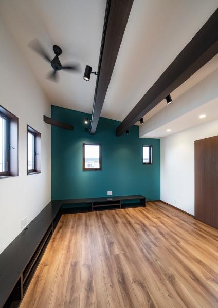 勾配天井に化粧梁が映えるリビング 日当たりがよく、プライバシーも確保できる 2階リビングです