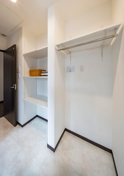 脱衣室にもたっぷりの収納スペース